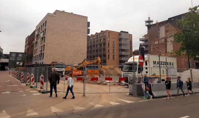 De sloop is nog niet afgerond, toch is de bouw van de nieuwe woontoren van Tilburg in Groningen allang begonnen.
