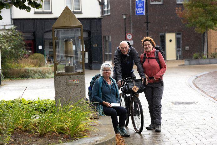 Everhardt Lubbers bij de vredesvlam bij de Remigiuskerk, met met medeorganisatoren Agnes Brinke (links) en Monique Wolbert.
