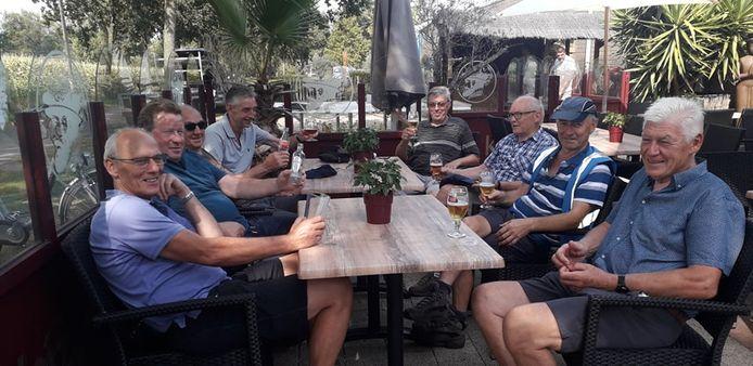Enkele fietsers kwamen het terras van de Bouwelse sporthal reeds testen.