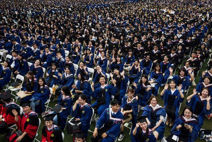 Cette photo prise le 13 juin 2021 montre près de 11000 diplômés, dont plus de 2000 étudiants qui n'ont pas pu assister à la cérémonie de remise des diplômes l'année dernière en raison de l'épidémie de coronavirus Covid-19, lors d'une cérémonie de remise des diplômes à l'Université normale de Chine centrale à Wuhan, dans la province chinoise du Hubei (centre).