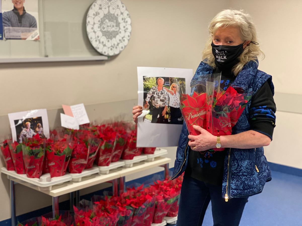 Christel bracht een 60-tal kerstrozen naar de afdeling waar haar broer al weken ligt.