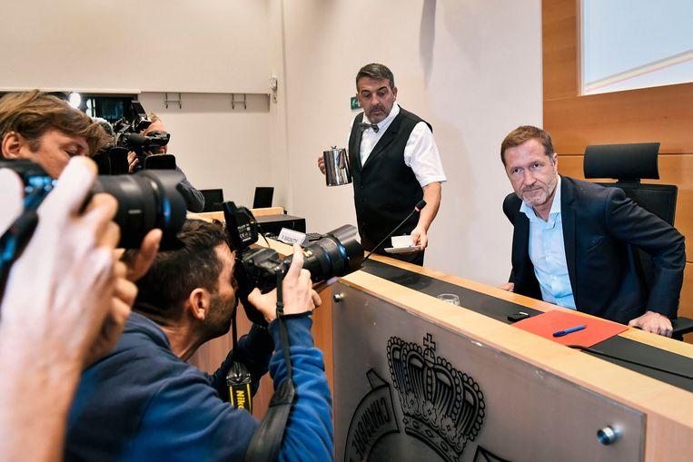 Informateur Paul Magnette omstuwd door perslui. Het gebeurt nogal eens dat verslaggevers Mitspieler worden in het politieke bedrijf.  Beeld BELGA