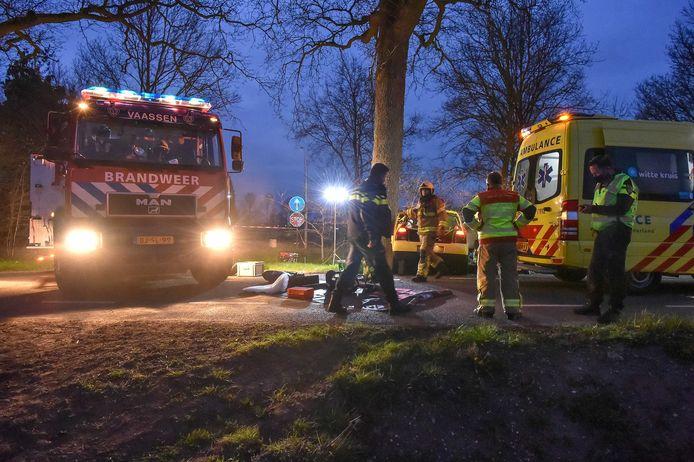Hulpverleners op de plek van het ongeval in Vaassen.