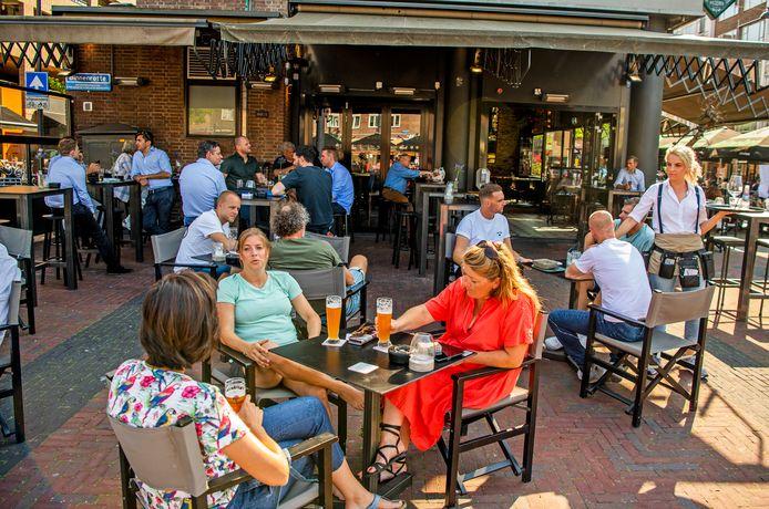 Een biertje drinken op het terras. Rotterdam wil dat het snel weer kan.