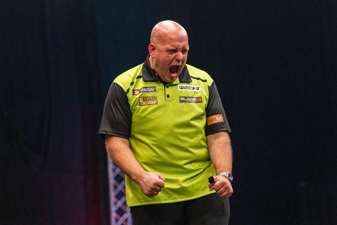 Michael van Gerwen schreeuwt het uit na zijn eerste toernooiwinst in 2021.