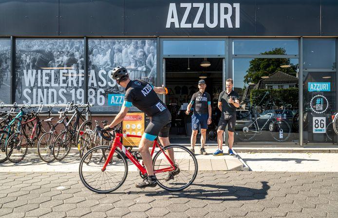 Jan en Alain van Katwijk, vader en zoon, verkopen de laatste racefiets aan Marc Dubach.