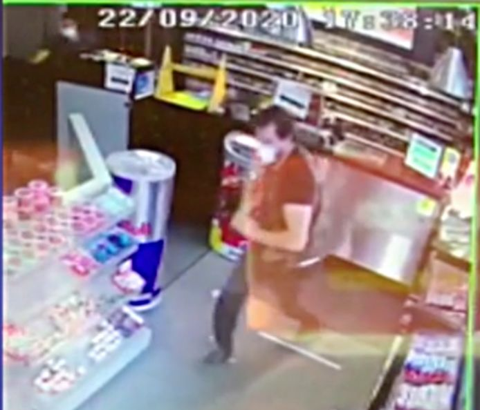 Een man stapte een krantenwinkel binnen in Hasselt en bedreigde de uitbater met een mes, terwijl hij naar geld vroeg.