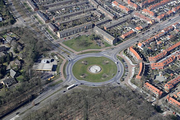 Het Floraplein in Eindhoven. De twee appartementencomplexen op de hoek met de Floralaan West (linksboven) blijven staan. Woonbedrijf wil de gaan renoveren (archieffoto).