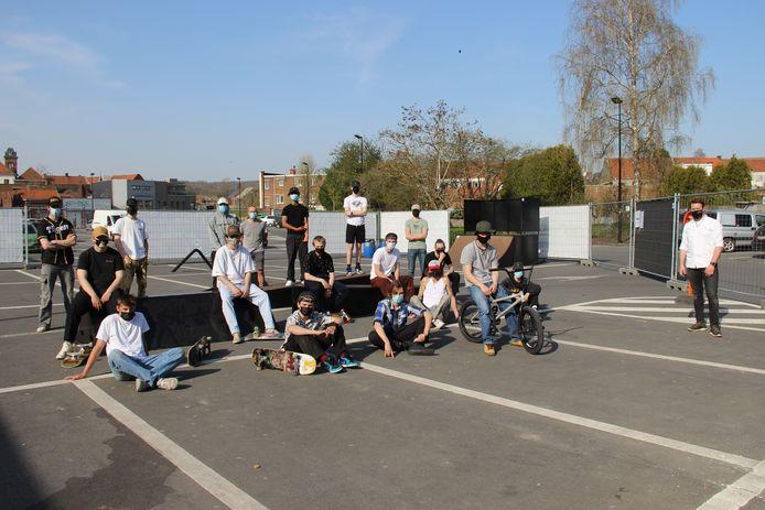 Al tijdens de opbouw van het pop-up skatepark kwamen heel wat jongeren een kijkje nemen en een handje toesteken.