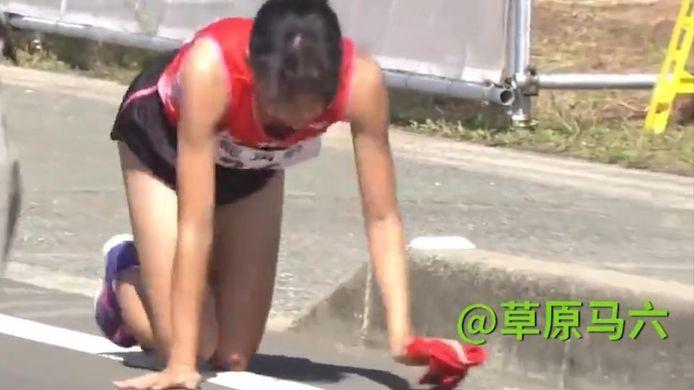 Rei Iida zette haar tocht voort op handen en voeten.