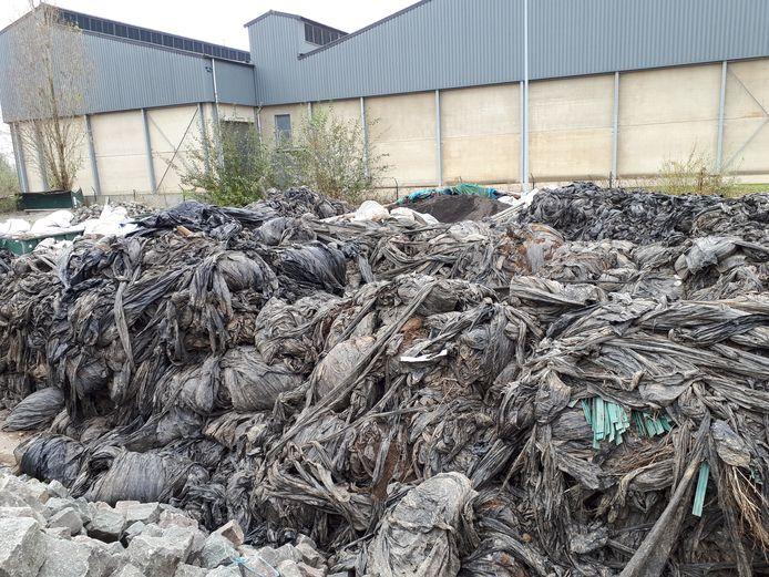 Een berg landbouwfolie op het Diksmuidse recyclagepark