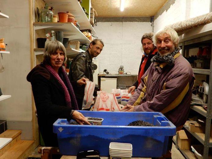Vrijwilligers van Kruin en Zonnewende hebben intussen 220 zakjes samengesteld met zonnebloempitten voor het voederen van vogels.
