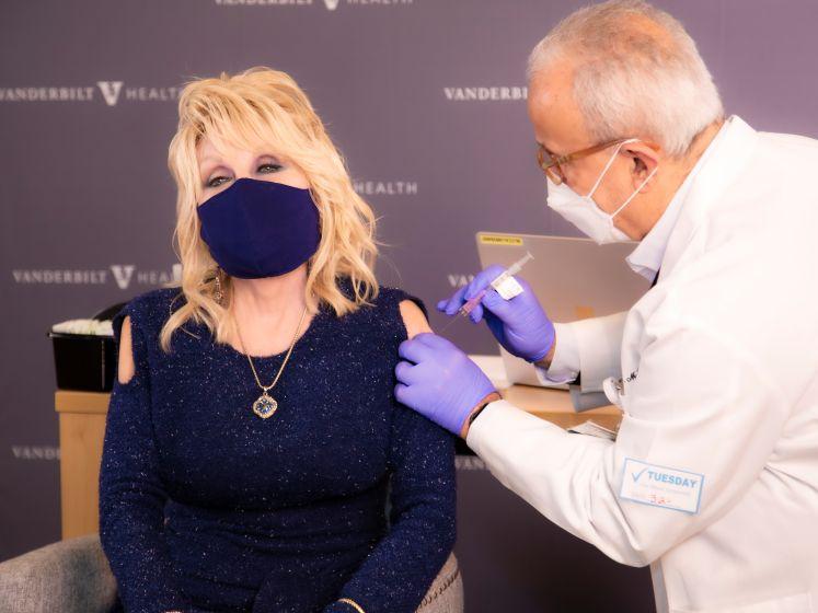 Dolly Parton past lied 'Jolene' aan naar 'Vaccine'