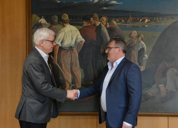 Burgemeester Dirk Willem legt de eed af in handen van provinciegouverneur Lodewijk De Witte.