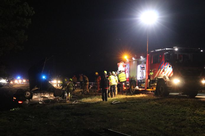 Hulpdiensten bij de gecrashte auto.