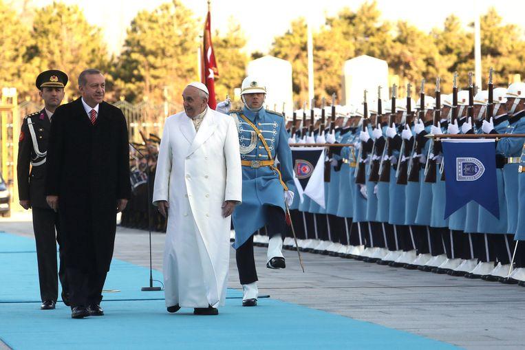 Paus Fransiscus wordt in Turkije verwelkomt door president Tayyip Erdogan in Ankara. Beeld getty