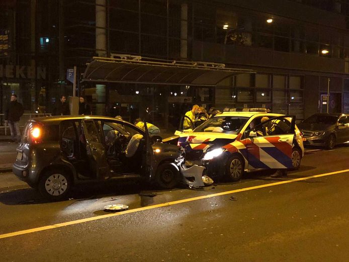 Een personenauto is zaterdagavond frontaal op een politieauto geknald.