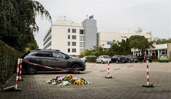 De bloemen die op de parkeerplaats werden neergelegd na de moord op Linda van der Giesen (28).