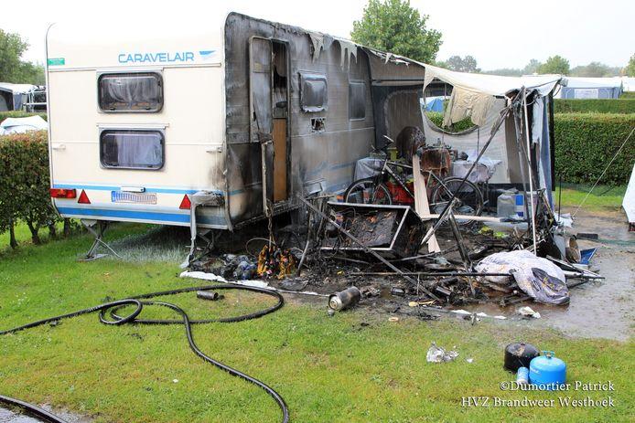 De voortent van de caravan brandde op en ook de caravan zelf raakte beschadigd.