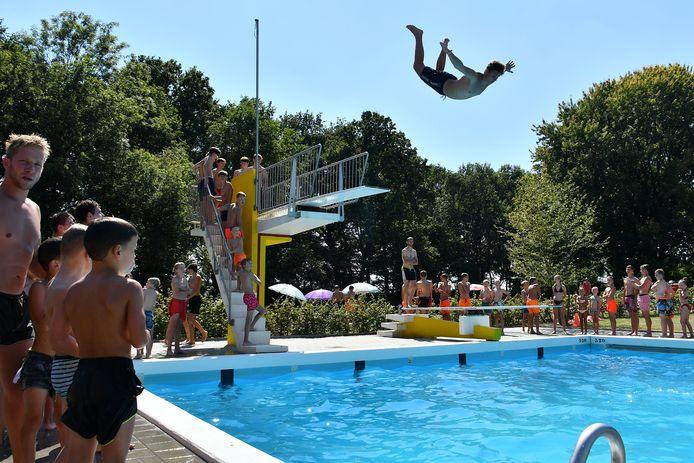 Ootmarsum - drukte bij zwembad De Kuiperberg editie alle            Foto Carlo ter Ellen  DPG Media  CTE20200807