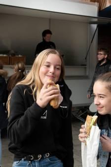 Als warme broodjes over de toonbank: op het schoolplein in plaats van in het schoolgebouw