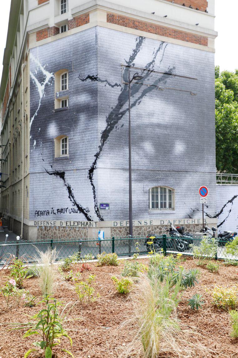 Eerbetoon in Parijs van Schoenaerts en artiest JR aan George Floyd en Adama Traoré, de man die in 2016 na een arrestatie om het leven kwam. Beeld Photo News