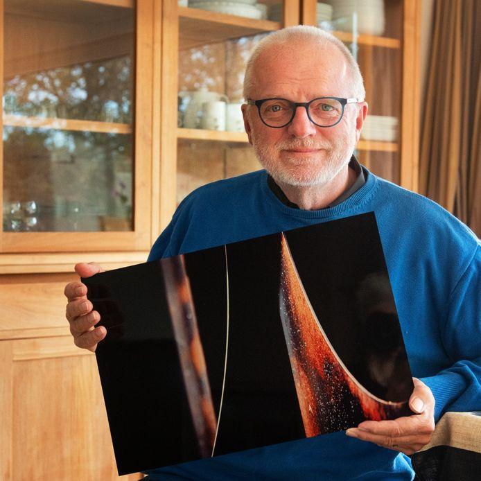 Filip Santens met één van zijn bekroonde foto's.