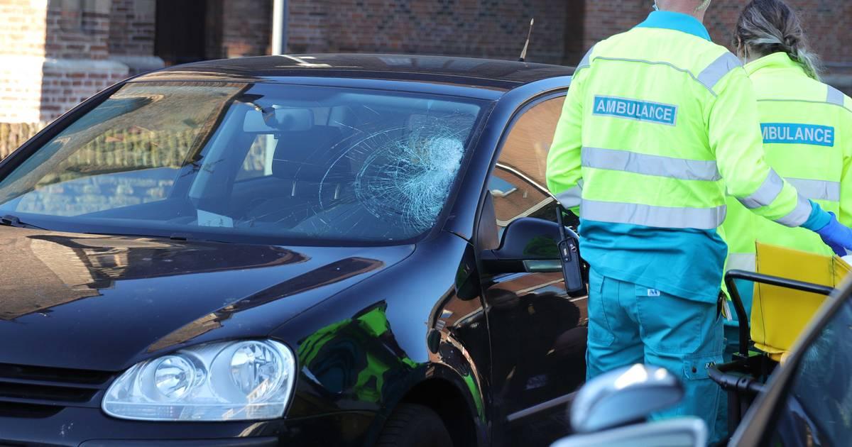 Fietsster gewond naar ziekenhuis na aanrijding in Waalwijk.