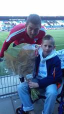 Jorn Twigt, die ooit een hotelovernachting met wedstrijdbezoek kreeg van keeper Van der Hart, bedankt zijn held.