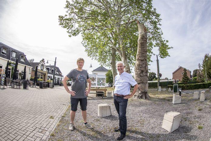 Willem Teger en Geert Jan Bittink op het plein onder de Platanen in Diepenheim. Het plein heeft een opknapbeurt nodig. Teger en Bittink hebben een plan.