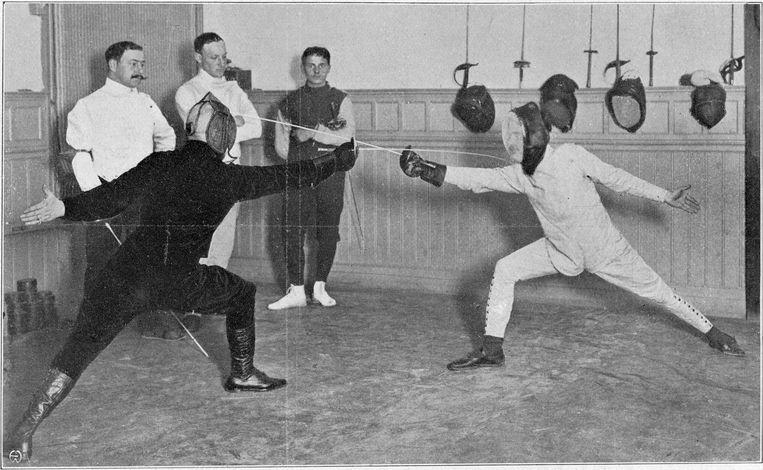 Schermleraar Foresto Paoli in Turngebouw De Hoop op floret tegen zijn landgenoot Giovanni Giandomenici, uit Revue der Sporten van 20 oktober 1909. Beeld