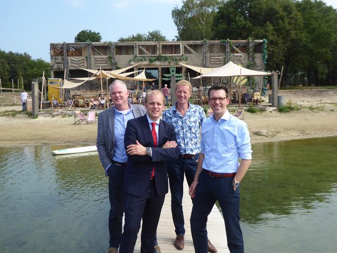 Burgemeester Joris Bengevoord (tweede van links) van Winterswijk met de organisatoren van het Bevrijdingsconcert op de recreatieplas Het Hilgelo.