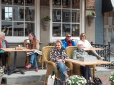 Terrasbezoekers vieren feest in Zierikzee: 'We hebben wat in te halen, dus straks gaan we weer'
