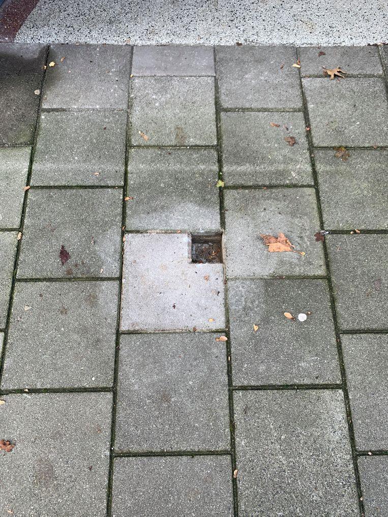 Foto van het gat waar de Stolperstein zat. Beeld Foto van buurtbewoner