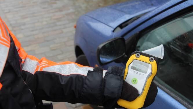 Drie maanden rijverbod voor bestuurder die onder invloed verschillende geparkeerde voertuigen raakt