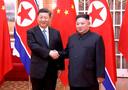 Le président chinois Xi Jinping serrant la main du leader nord-coréen Kim Jong Un.