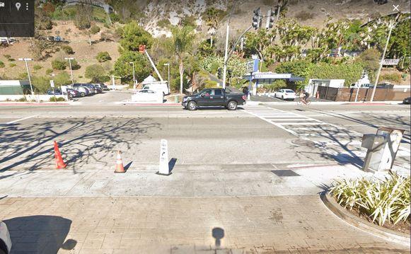Op Google Street View kan je vanop de parking het verkeersbord net voor de Pacific Highway zien.