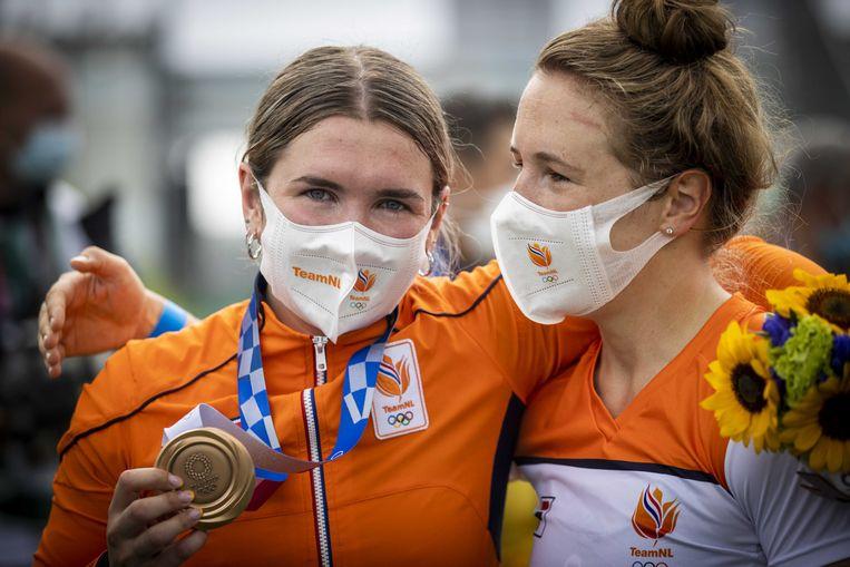 Merel Smulders met de bronzen medaille wordt gefeliciteerd door haar zus Laura Smulders, die zelf onderuit ging tijdens haar race.  Beeld ANP, Koen van Weel