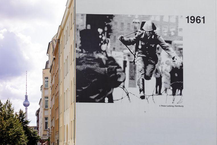Dit portret van een springende Conrad Schumann maakt deel uit van de Berlin Wall Memorial. Beeld Alamy Stock Photo