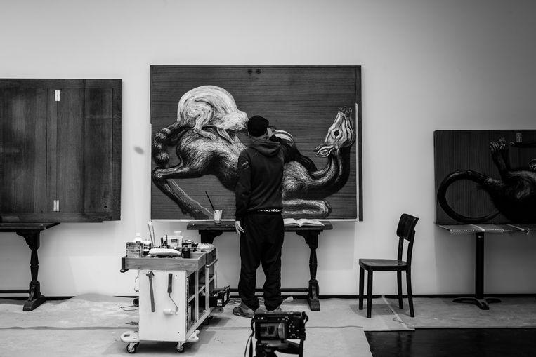 Een van ROA's nieuwe werken in The Gallery is een compositie van een hinde, wasbeer en stinkdier.