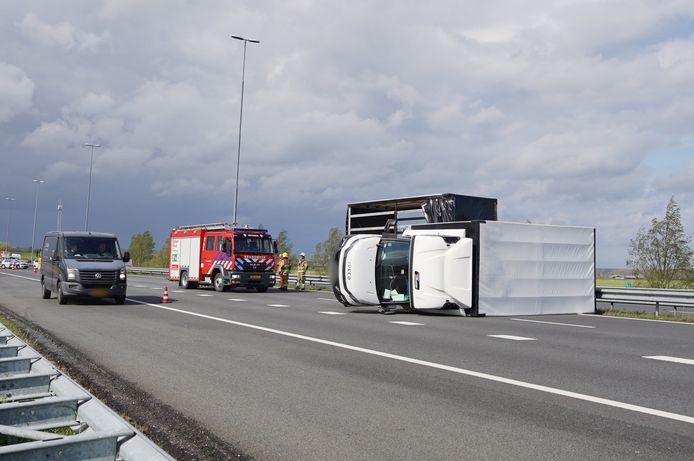 Een vrachtwagen werd dinsdag rond 16.00 uur omvergeblazen op de A50 bij Valburg.
