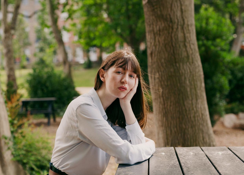 De Ierse schrijver Sally Rooney: 'Hoe verzoen je je met je eigen miezerigheid, dat is een vraag die ik stel'. Beeld NYT / ELLIUS GRACE