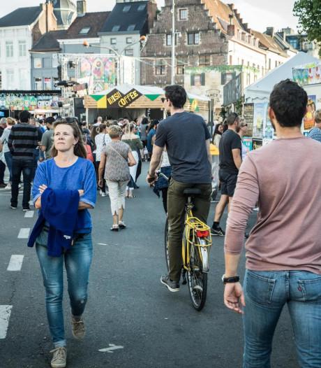"""Met de (elektrische) fiets door de feestenzone? """"Gewoon gezond verstand gebruiken"""""""