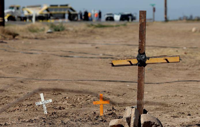 Kruizen ter nagedachtenis van omgekomen illegalen nabij de plaats van het ongeluk.