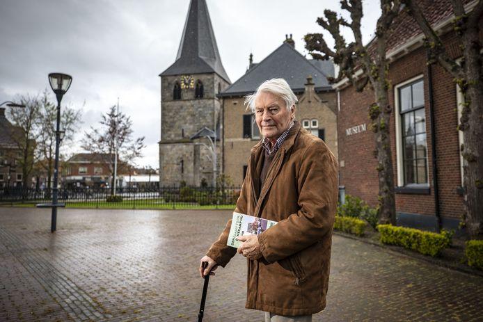 Jos Knippers in het centrum van Denekamp waar zoveel is veranderd, blijkt ook uit zijn boek Denekamp toen, Denekamp nu.