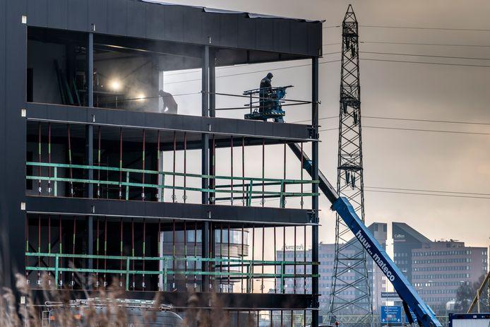 Bedrijventerrein Rosmalense Plas langs de A2 is een van de gebieden waar nog grond te vergeven is. Daar verrijst op dit moment naast de ronde toren van cateraar Appèl een nieuw gebouw.