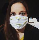 Raadslid Maria Stam van PRO Sliedrecht droeg het 'politieke masker' al tijdens de raadsvergadering.
