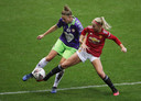 Manchester United-speelster Jackie Groenen (in het rood) duelleert met Yana Daniëls van Bristol City.
