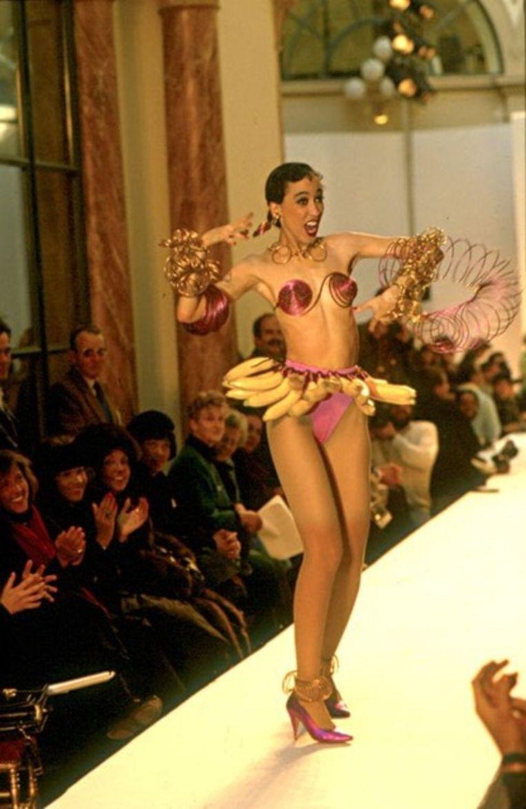 In een 'Josephine Baker Banana Dance Costume' van Patrick Kelly, 1986. Beeld rv