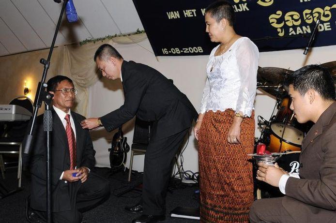 Luonn Um ontvangt de Cambodjaanse gouden onderscheiding van mevrouw Savadey Poyhidey en meneer Chanphal Tan. foto René Schotanus/het fotoburo